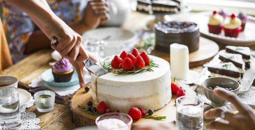 Mesa llena de pasteles y dulces